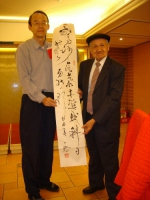 張壽平教授頒贈抽中一燈師作品的幸運兒